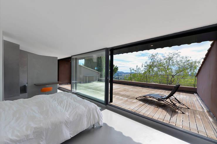 Réinvention / La Cadière d'Azur : Chambre de style de style Méditerranéen par Atelier Jean GOUZY
