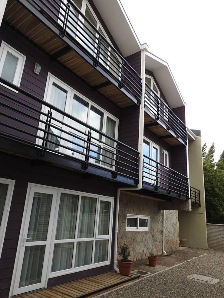 FACHADA LATERAL : Casas de estilo  por U.R.Q. Arquitectura