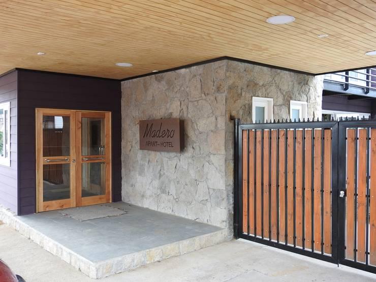 Apart Hotel Madero : Pasillos y hall de entrada de estilo  por U.R.Q. Arquitectura
