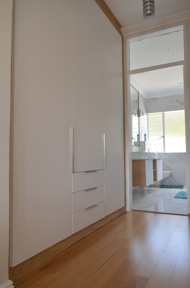 satin white doors + veneer wood:  Bedroom by Première Interior Designs