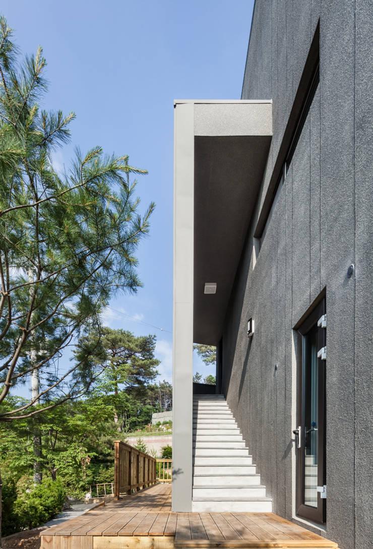 S.L.Y 용인 주택: 건축사사무소 어코드 URCODE ARCHITECTURE의  복도 & 현관,모던