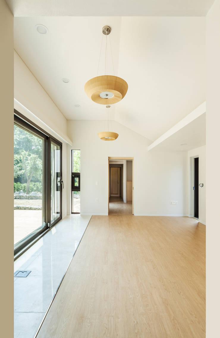 S.L.Y 용인 주택: 건축사사무소 어코드 URCODE ARCHITECTURE의  거실,모던