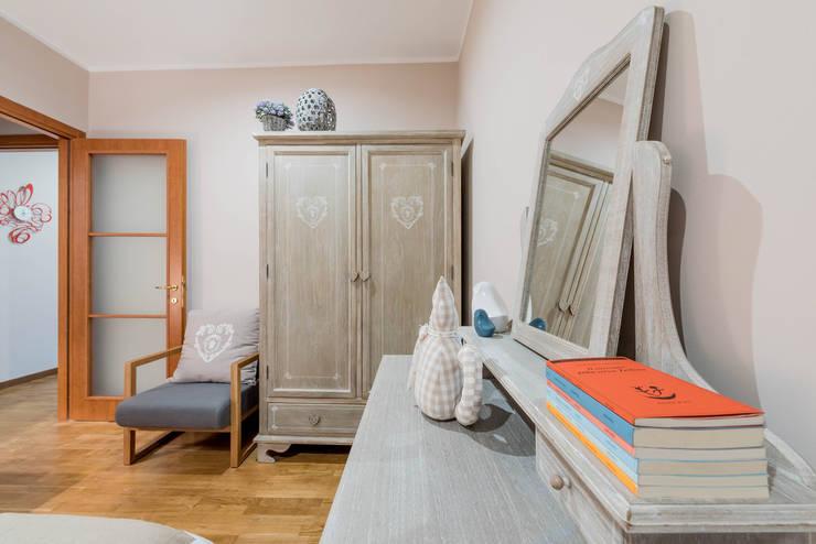 camera da letto: Camera da letto in stile  di Angelo De Leo Photographer
