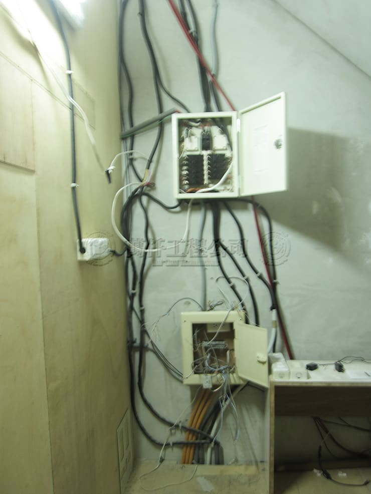 改造前水電管線一團糟,而且都是臨時電。:   by wanchan interior / 萬仟工程有限公司