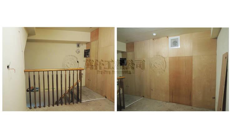 改造前從另一座樓梯上去,也被臨時隔間封得密不通風。:   by wanchan interior / 萬仟工程有限公司