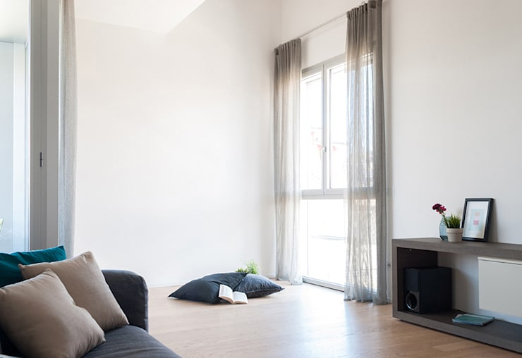 Soggiorno minimal: Soggiorno in stile in stile Minimalista di Made with home