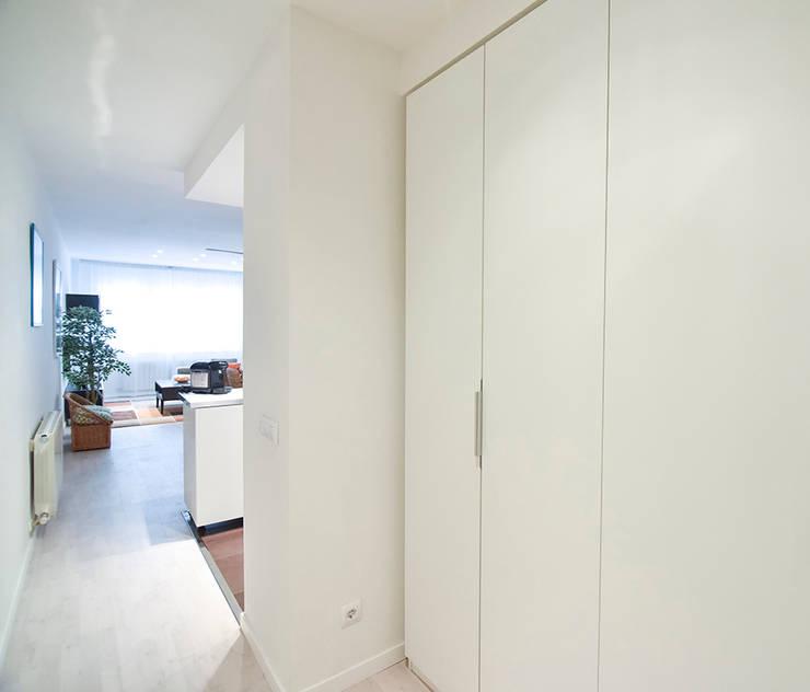 Arco de Triunfo -80 m²-, Barcelona. Pasillo y Recibidor.: Pasillos y vestíbulos de estilo  de GokoStudio