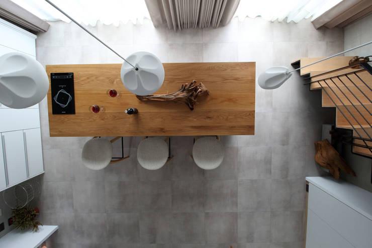 Sala da pranzo in stile  di 樂沐室內設計有限公司, Scandinavo Legno massello Variopinto