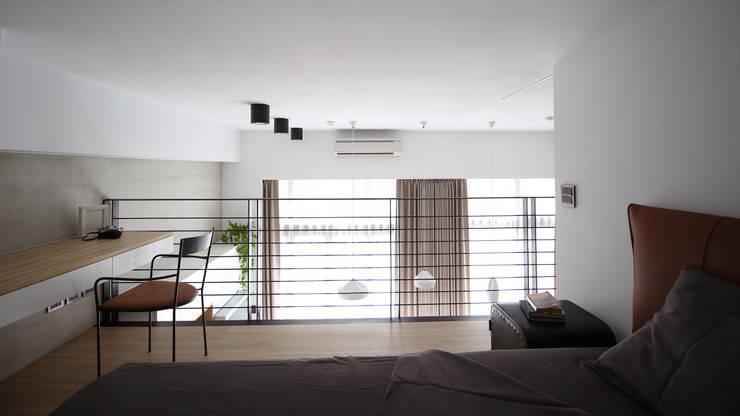 Camera da letto in stile  di 樂沐室內設計有限公司, Scandinavo Ferro / Acciaio