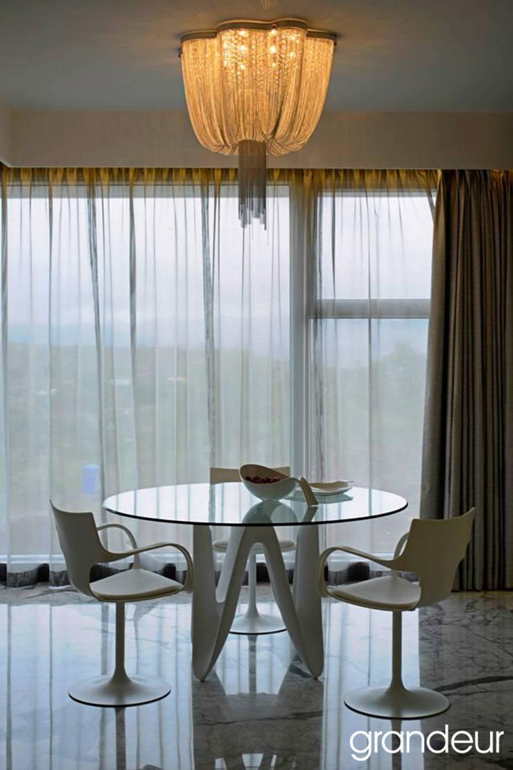 Villas:  Dining room by Grandeur Interiors