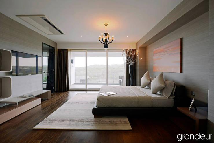 Villas: modern Bedroom by Grandeur Interiors