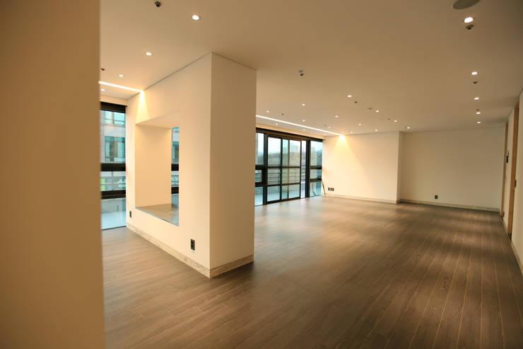DONGBAEK HOUSING 주거 전체 리모델링 : atelierBASEMENT의  복도 & 현관,모던