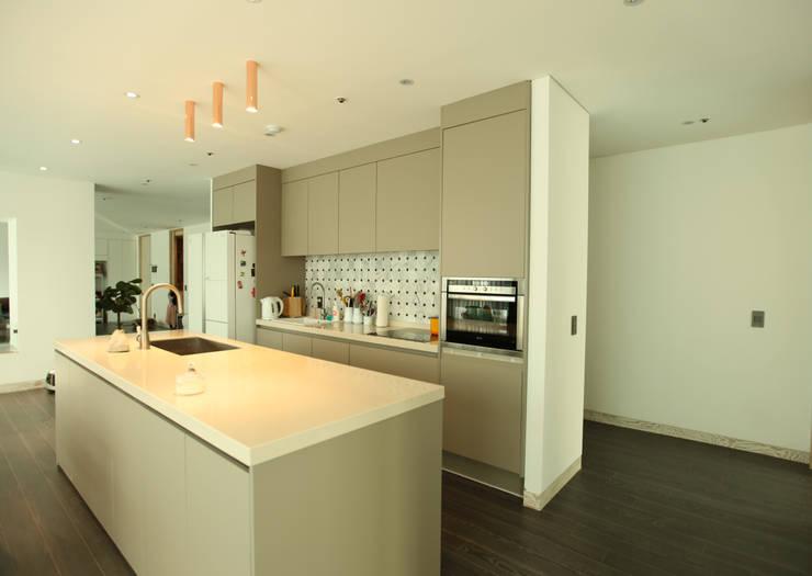 DONGBAEK HOUSING 주거 전체 리모델링 : atelierBASEMENT의  주방,모던