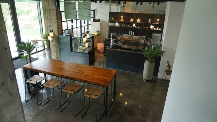 모안 (카페 & B&B): atelierBASEMENT의  바 & 카페,