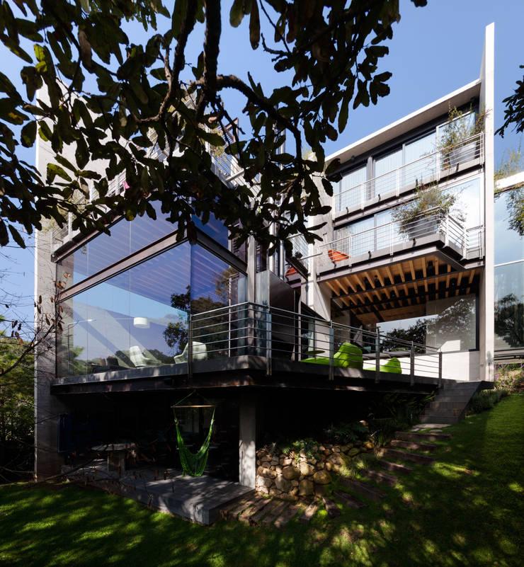 La Casa en el Bosque: Casas de estilo  por grupoarquitectura, Moderno