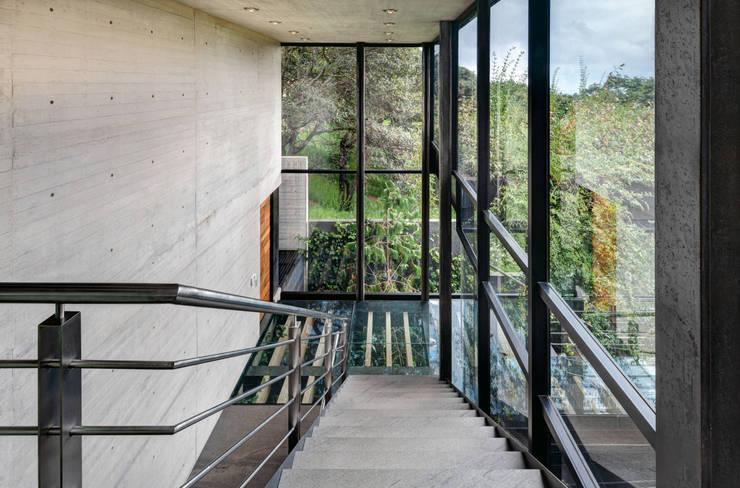 La Casa en el Bosque: Pasillos y recibidores de estilo  por grupoarquitectura, Moderno