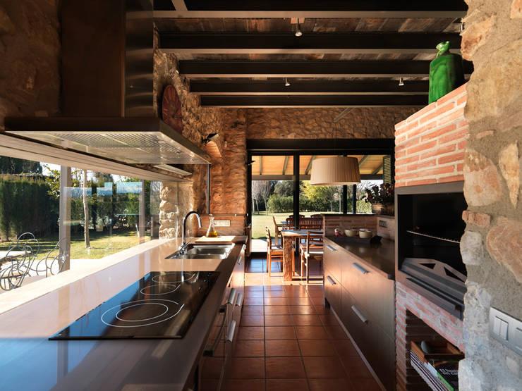 Cocinas de estilo rústico por Irabé Projectes