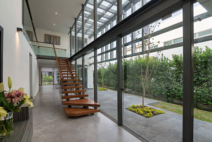 casa del parque /NUEVE CERO UNO/: Pasillos y recibidores de estilo  por espacio   NUEVE CERO UNO