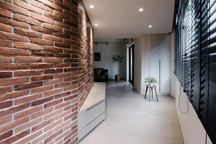 4F玄關:  走廊 & 玄關 by 隹設計 ZHUI Design Studio