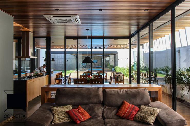 Salas de estilo  por Cornetta Arquitetura