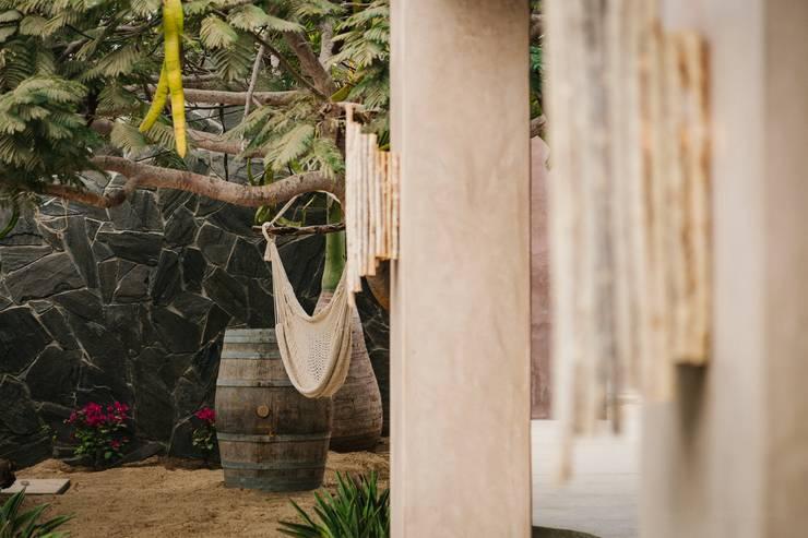 CASA AGUA LUNA: Jardines de estilo ecléctico por HA Arquitectos