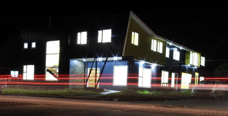 CAJA NEGRA Oficinas : Pasillos y hall de entrada de estilo  por U.R.Q. Arquitectura