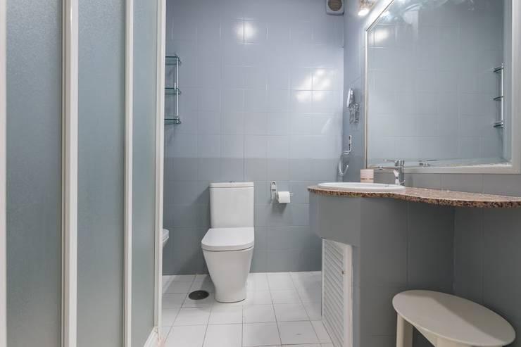 Baños de estilo  por eM diseño de interiores