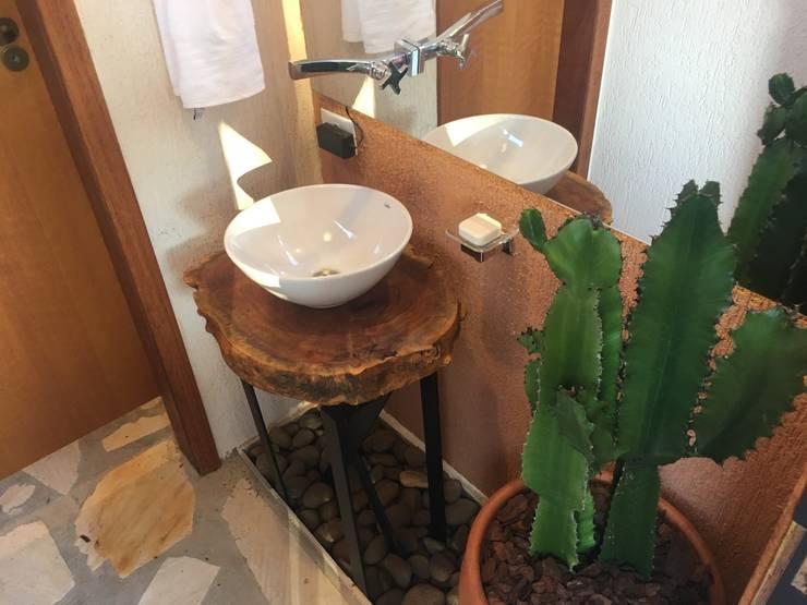 Sanitário Externo SAY: Banheiros rústicos por Arkete Arquitetura e Sustentabilidade