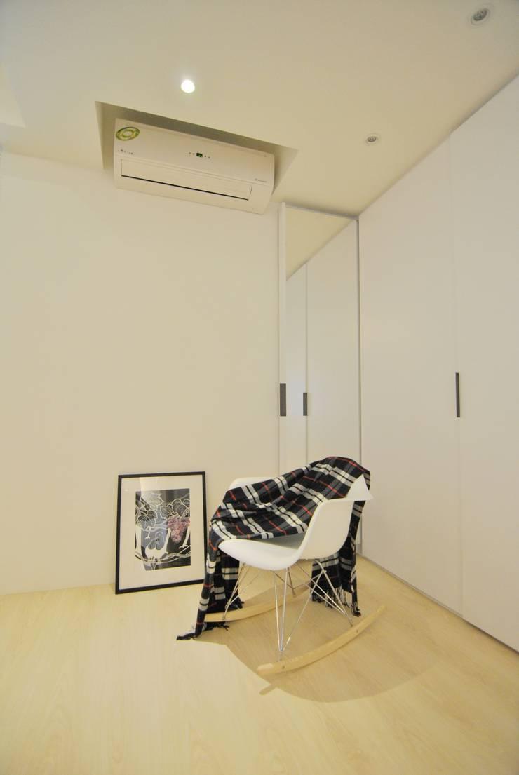 Dormitorios de estilo  de 釩星空間設計