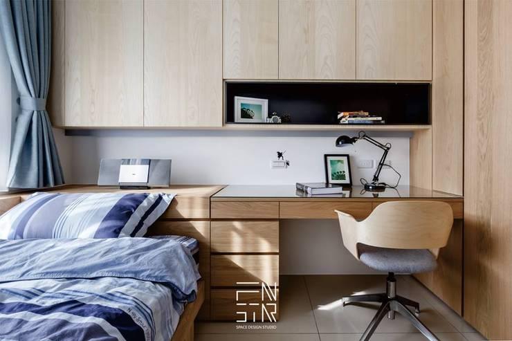 現代渡假風:  臥室 by 釩星空間設計
