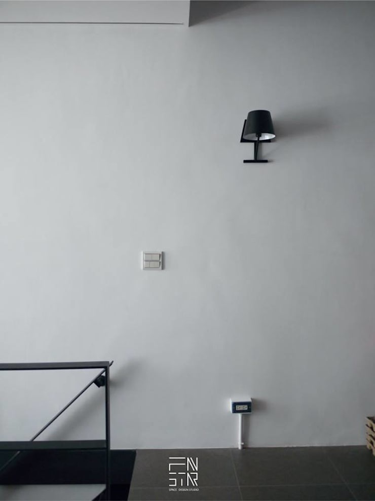 黑色基地:  走廊 & 玄關 by 釩星空間設計