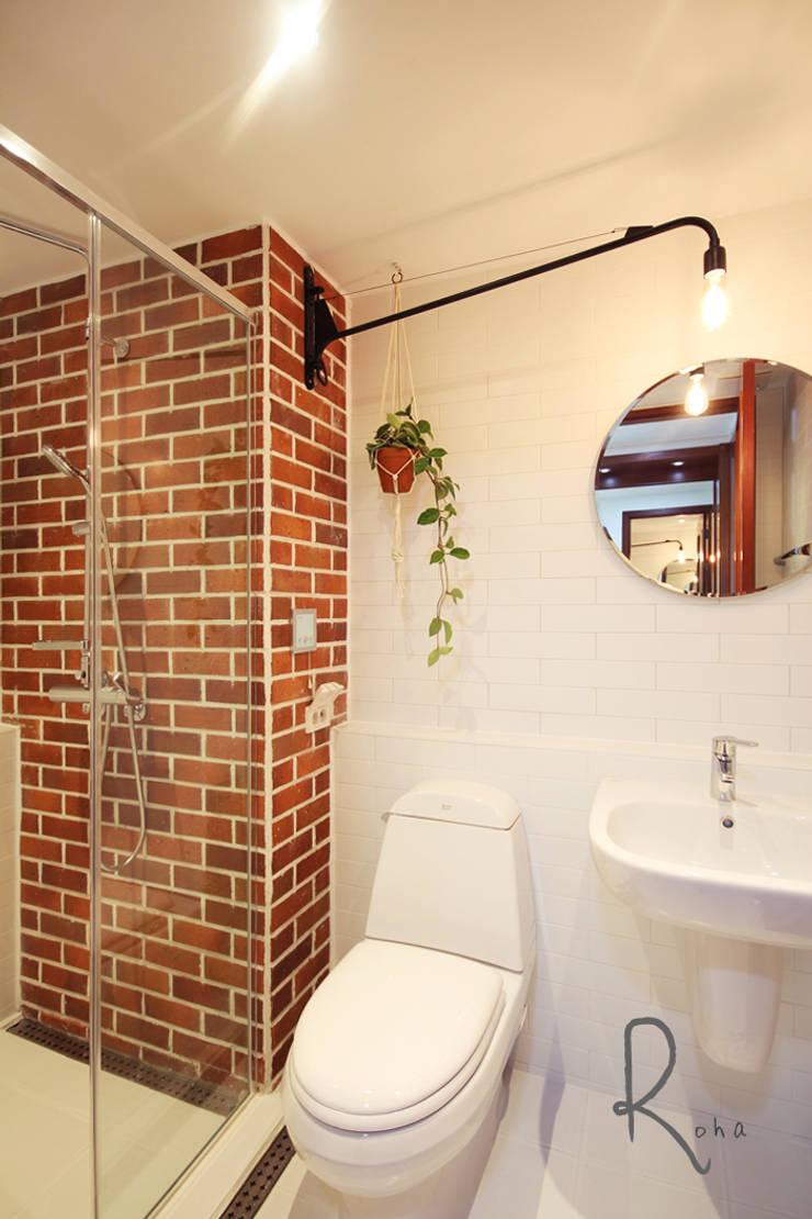 안방 욕실: 로하디자인의  욕실