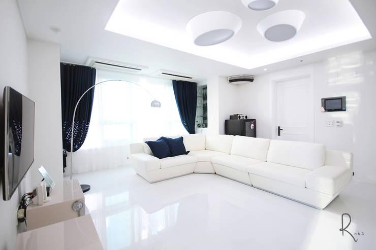 Mediterranean style living room by 로하디자인 Mediterranean