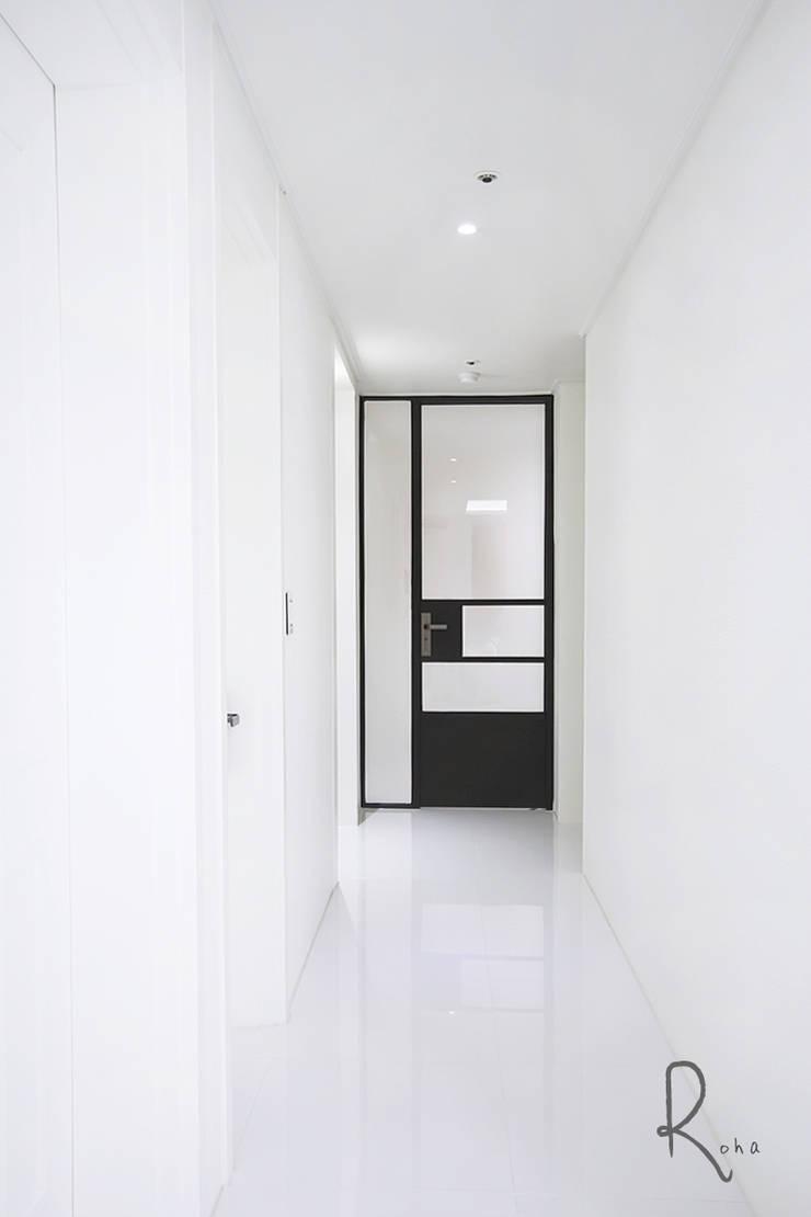Mediterranean style corridor, hallway and stairs by 로하디자인 Mediterranean