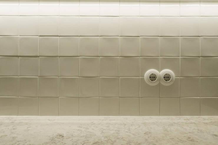 Apartamento Bica: Cozinhas minimalistas por Miguel Marcelino, Arq. Lda.
