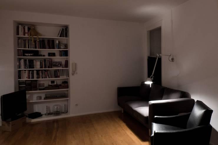Apartamento Bica: Salas de estar minimalistas por Miguel Marcelino, Arq. Lda.