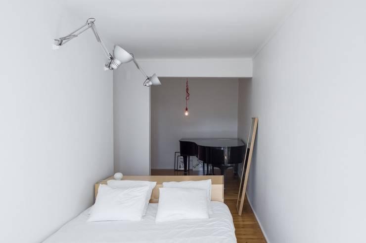 Apartamento Bica: Quartos minimalistas por Miguel Marcelino, Arq. Lda.