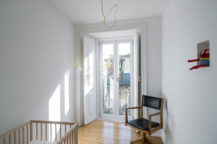 Apartamento Bica: Quartos de criança minimalistas por Miguel Marcelino, Arq. Lda.