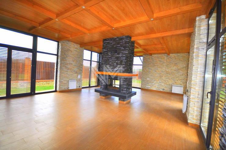 Дом из натуральных материалов в стиле хай-тек: Гостиная в . Автор – New Moscow House