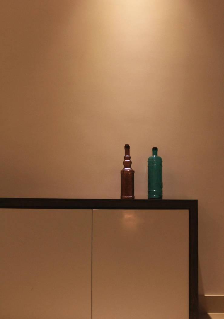 Living Room - Shoe Unit:  Living room by Soul Ziv Architecture