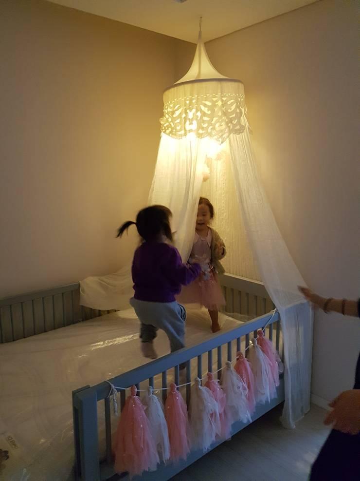 즐거운 웃음 가득한 아이방: 영보디자인  YOUNGBO DESIGN의  침실