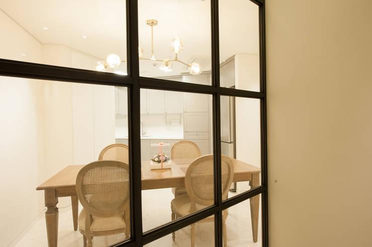 격자창호를 통해 보이는 식당과 주방: 영보디자인  YOUNGBO DESIGN의  다이닝 룸,