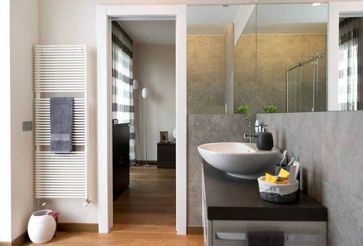Baños de estilo  de tIPS ARCHITECTS