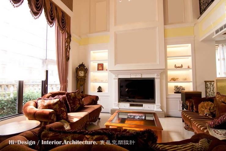 客廳主牆:  客廳 by Hi+Design/Interior.Architecture. 寰邑空間設計