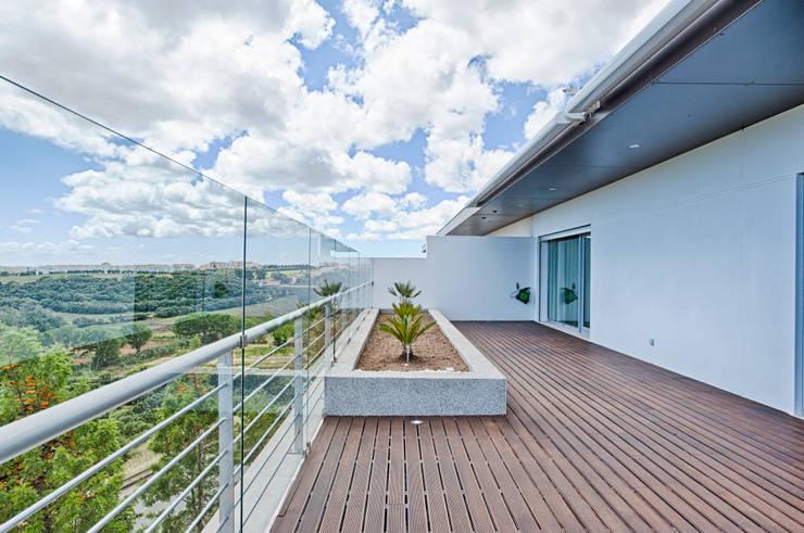 Hiên, sân thượng by menta, creative architecture
