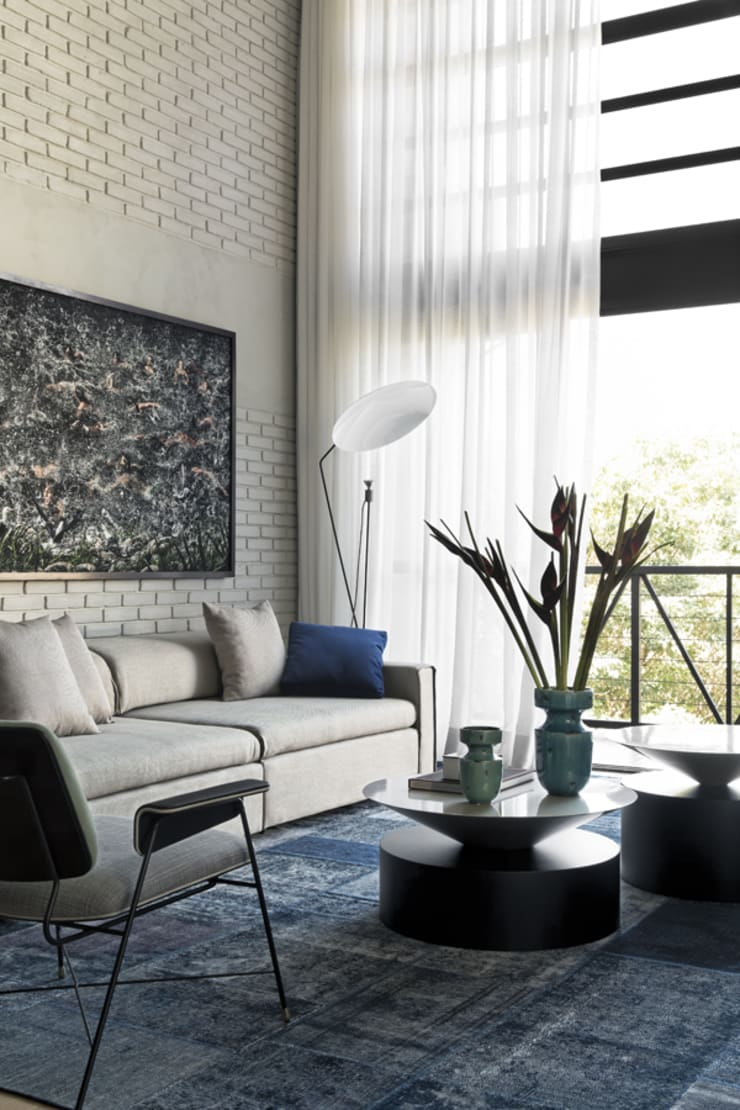 Living room by DIEGO REVOLLO ARQUITETURA S/S LTDA.