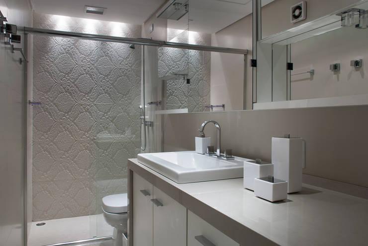 Bathroom by Ana Maria Dickow                                           Arquitetura & Interiores