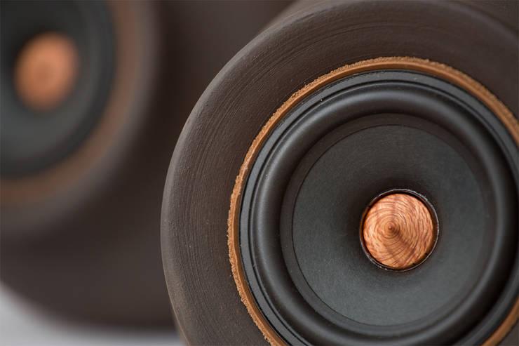 """MAPUGUAQUÉN STEREO Altavoces estéreo activos de gama completa de 4"""": Salas multimedia de estilo  por Documentary Design AR"""