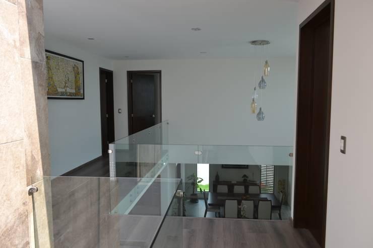Pasillos y vestíbulos de estilo  por ANTARA DISEÑO Y CONSTRUCCIÓN SA DE CV