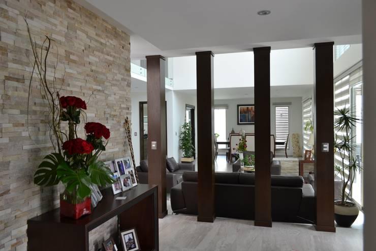 Recibidor: Pasillos y recibidores de estilo  por ANTARA DISEÑO Y CONSTRUCCIÓN SA DE CV